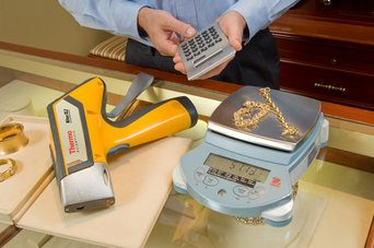 Man testing gold and precious metals with handheld XL2 analyser