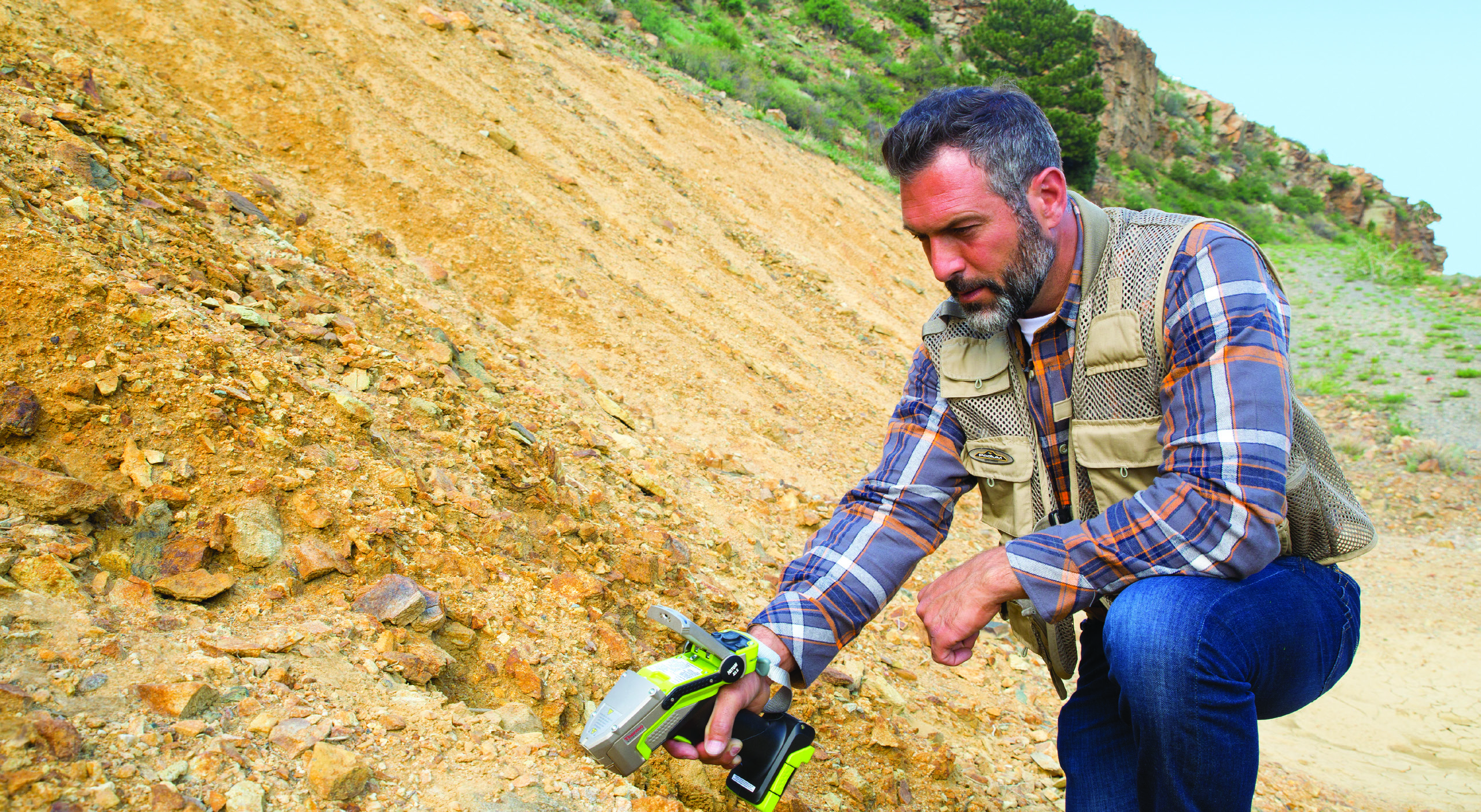 Niton XL5 In Field analysing geochemical materials